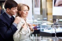 Couples dans le système de bijoutier Images libres de droits