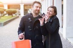 Couples dans le temps d'achats Image stock
