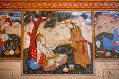 Couples dans le thé potable d'amour dans le jardin sur la peinture murale du palais Photo libre de droits