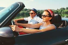 Couples dans le tour d'amour en voiture de cabriolet Photos stock