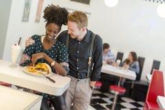 Couples dans le wagon-restaurant Photographie stock