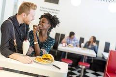 Couples dans le wagon-restaurant Photo stock