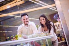 Couples dans les achats Photo libre de droits
