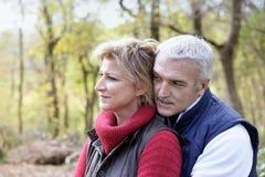 Couples dans les bois images libres de droits