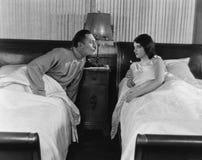 Couples dans les lits jumeaux (toutes les personnes représentées ne sont pas plus long vivantes et aucun domaine n'existe Garanti photo stock