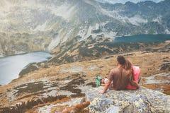 Couples dans les montagnes Photos stock