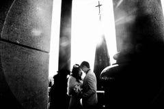 Couples dans les rayons du soleil sur le toit de la vieille cathédrale gothique Photos libres de droits
