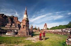 Couples dans les ruines de la Thaïlande antique Photos stock