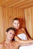 Couples dans les vacances suant dans le sauna Image stock