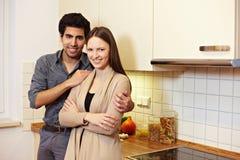 Couples dans leur cuisine neuve photographie stock libre de droits