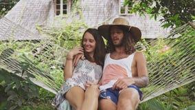 Couples dans parler d'amour, détendant sur l'hamac clips vidéos