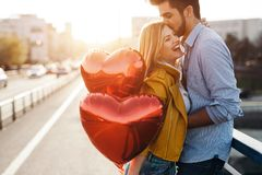 Couples dans rire de baiser d'amour et avoir l'amusement Photos stock