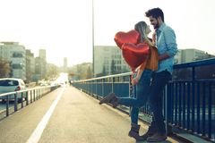 Couples dans rire de baiser d'amour et avoir l'amusement Photo libre de droits