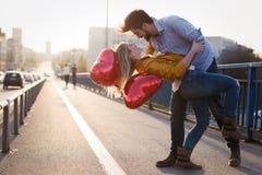 Couples dans rire de baiser d'amour et avoir l'amusement Photographie stock libre de droits