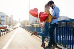 Couples dans rire de baiser d'amour et avoir l'amusement Image libre de droits