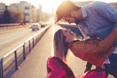 Couples dans rire de baiser d'amour et avoir l'amusement Images stock
