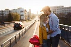 Couples dans rire de baiser d'amour et avoir l'amusement Image stock