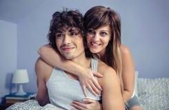 Couples dans se reposer de embrassement et de sourire d'amour plus de Photographie stock
