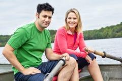 Couples dans un bateau à rames Photo stock