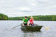 Couples dans un bateau à rames Photo libre de droits