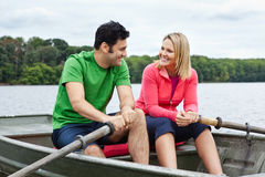 Couples dans un bateau à rames Image libre de droits