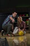 Couples dans un bowling Photos libres de droits
