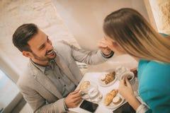 Couples dans un café Photo libre de droits