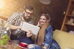 Couples dans un café Photographie stock