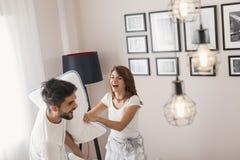 Couples dans un combat d'oreiller photo libre de droits