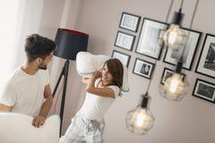 Couples dans un combat d'oreiller image libre de droits