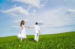 Couples dans un domaine de fleur Images libres de droits