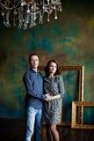 Couples dans un intérieur de luxe Images stock