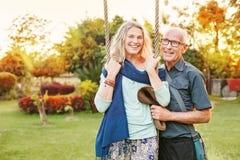 Couples dans un jardin Photos stock