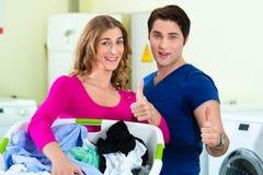 Couples dans un lavage de blanchisserie de pièce de monnaie photo stock