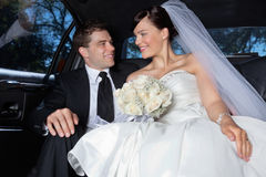 Couples dans un véhicule luxueux Photos libres de droits