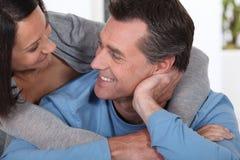 Couples dans une étreinte affectueuse Image libre de droits