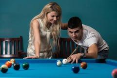 Couples dans une boîte de nuit jouant la piscine Photo stock