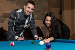 Couples dans une boîte de nuit jouant la piscine Image libre de droits