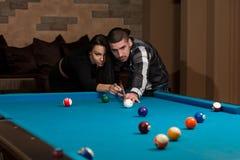 Couples dans une boîte de nuit jouant la piscine Photographie stock libre de droits