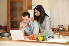 Couples dans une cuisine Photos stock
