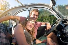 Couples dans une voiture Image libre de droits