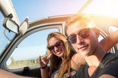 Couples dans une voiture Images libres de droits