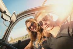 Couples dans une voiture Photographie stock libre de droits