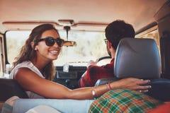 Couples dans une voiture allant sur la promenade en voiture Photo stock