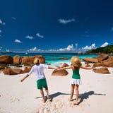 Couples dans vert ayant l'amusement sur une plage chez les Seychelles Photos stock