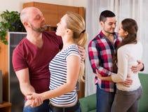 Couples dansant ensemble Image stock