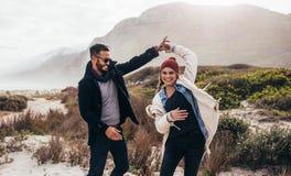 Couples dansant ensemble en voyage Images libres de droits