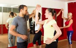 Couples dansant la danse latine image libre de droits