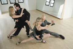 Couples dansant le tango Images libres de droits