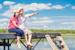 Couples de 30 ans se reposant sur le pilier Photographie stock